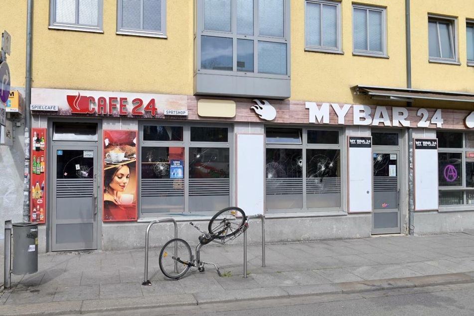 Auch das Cafe 24 war von der Attacke betroffen. Das Fahrrad war bereits vor dem Angriff beschädigt worden.