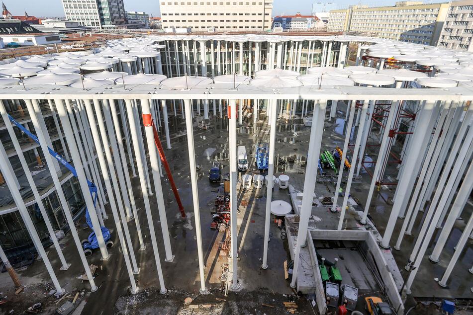 Bauarbeiter errichten den Säulengarten vor dem Neubau der Sächsischen Aufbaubank (SAB).