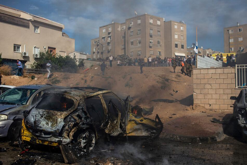 Zerstörte Autos, die am Sonntag von einer aus dem Gazastreifen abgefeuerten Rakete getroffen wurden, stehen auf einem Parkplatz in Aschkelon.