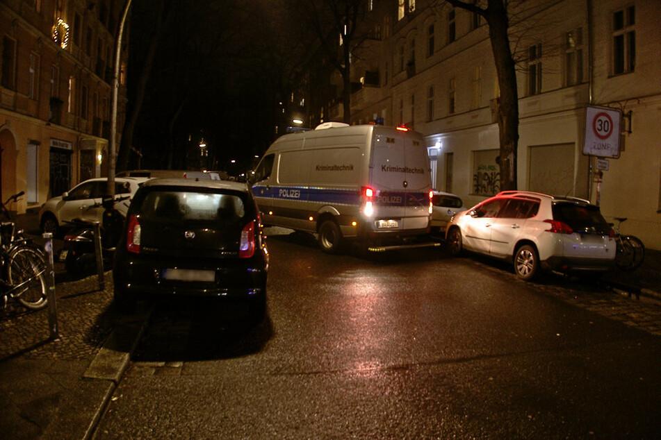 Ein Einsatzfahrzeug der Kriminaltechnik verlässt am Mittwochabend die Mahlower Straße.