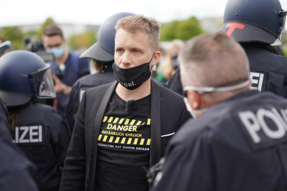 Polizisten begleiten Oliver Pocher.