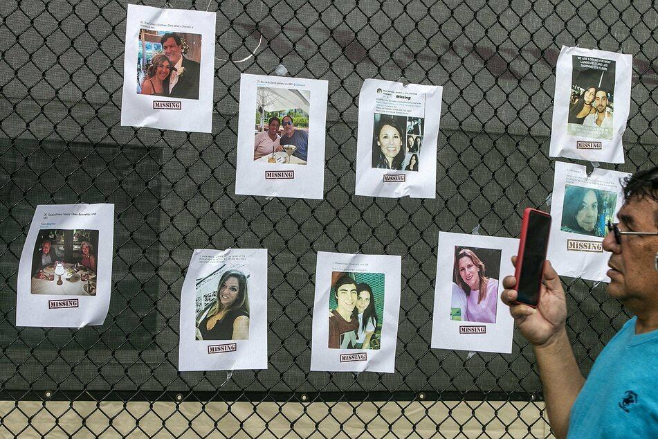 Menschen suchen mit Fotos nach vermissten Angehörigen und Freunden.
