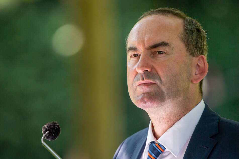 Wirtschaftsminister Hubert Aiwanger (50) kritisiert weiterhin das Pochen auf die Impfstrategie.