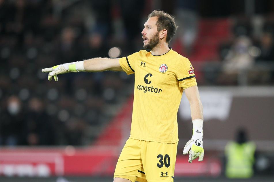 Robin Himmelmann (31) steht beim FC St. Pauli zwischen den Pfosten.