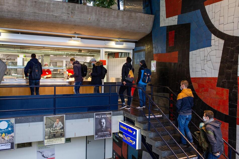 Studierende stehen in einer Schlange in der Mensa in der Freiburger Rempartstraße.