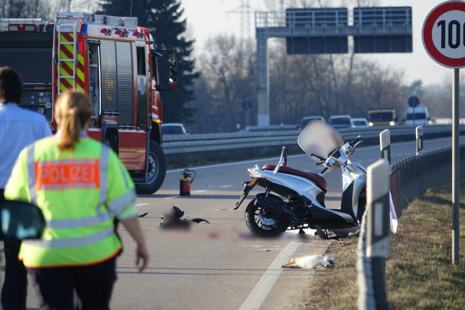 Tödlicher Spurwechsel: Laster erfasst Roller, Lkw-Fahrer flüchtet!