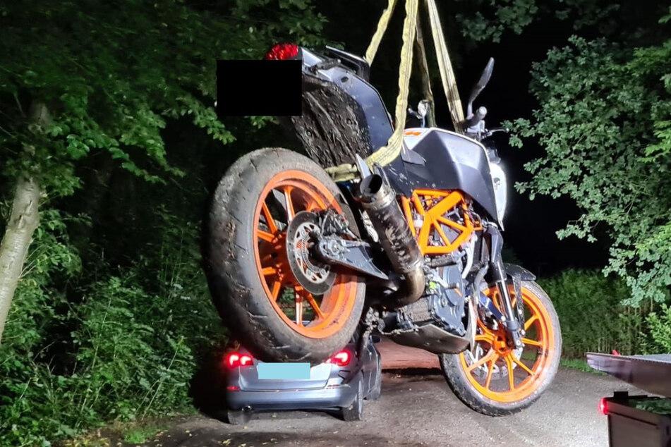 Die Polizei stellte das Motorrad in einem Waldstück sicher.