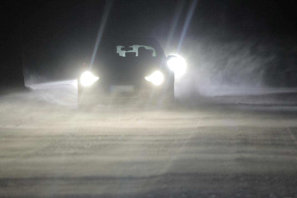 Im Erzgebirge konnten die Autofahrer nur langsam fahren. Der Sturm behinderte die Sicht.