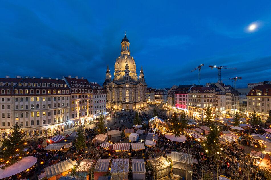 Blick auf den historischen Weihnachtsmarkt auf dem Neumarkt vor der Dresdner Frauenkirche am Abend.