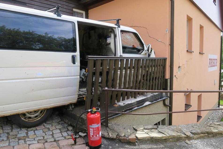 Die Hauswand wurde durch den Aufprall extrem beschädigt - es bildeten sich zahlreiche Risse.