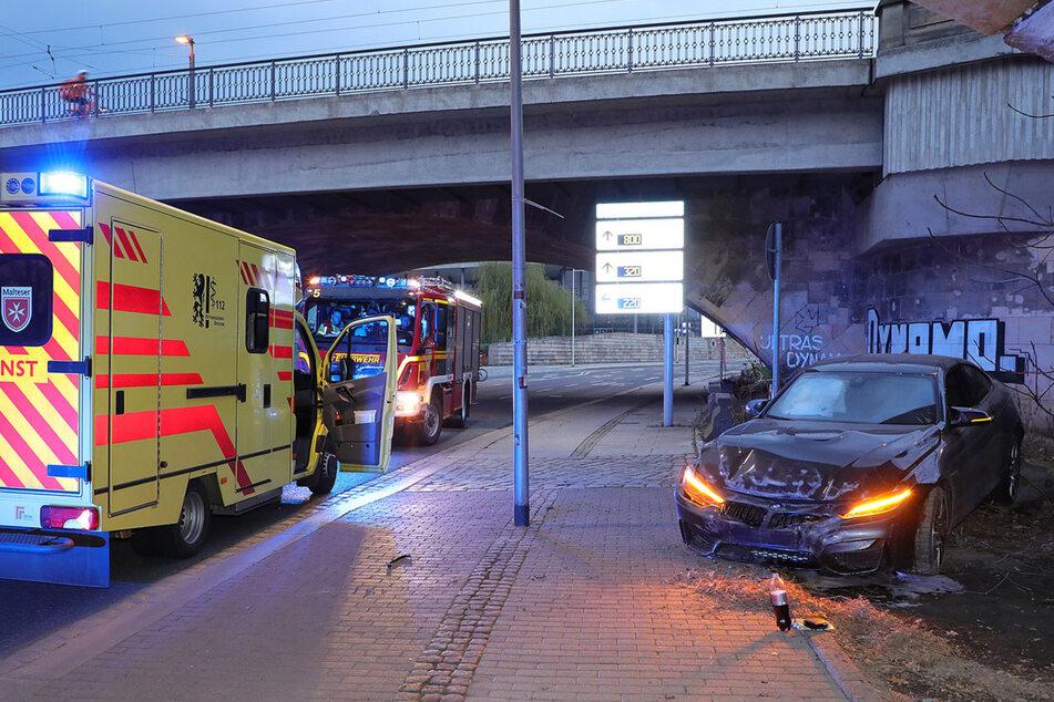 Unfall unter der Marienbrücke: BMW-Sportwagen rast gegen Mauer