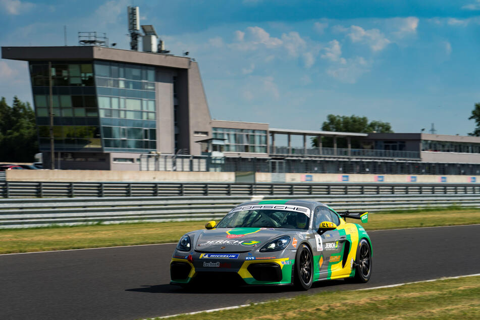Mit bis zu 250 km/h jagt Jonas Greif mit dem Porsche vom Team Lechner Racing über die Rennpiste.