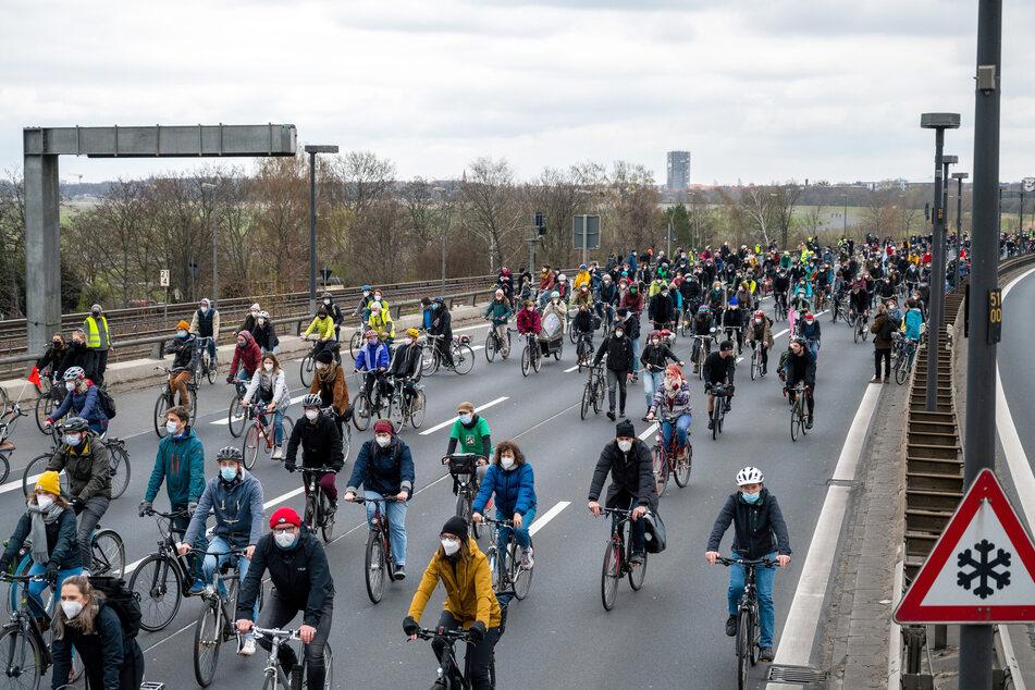 Mit Hupen und Fahrradklingeln verschafften sich die Teilnehmer unterwegs Gehör.