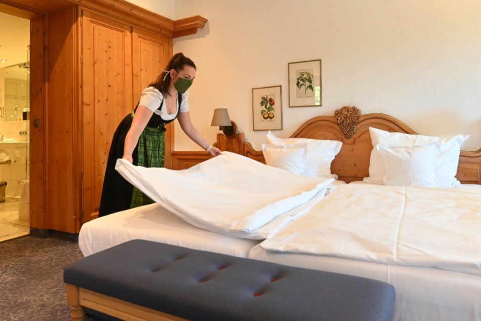 Veronika Liegl, Mitarbeiterin des Hotel Traube Tonbach in Baiersbronn, bereitet ein Hotelzimmer vor.