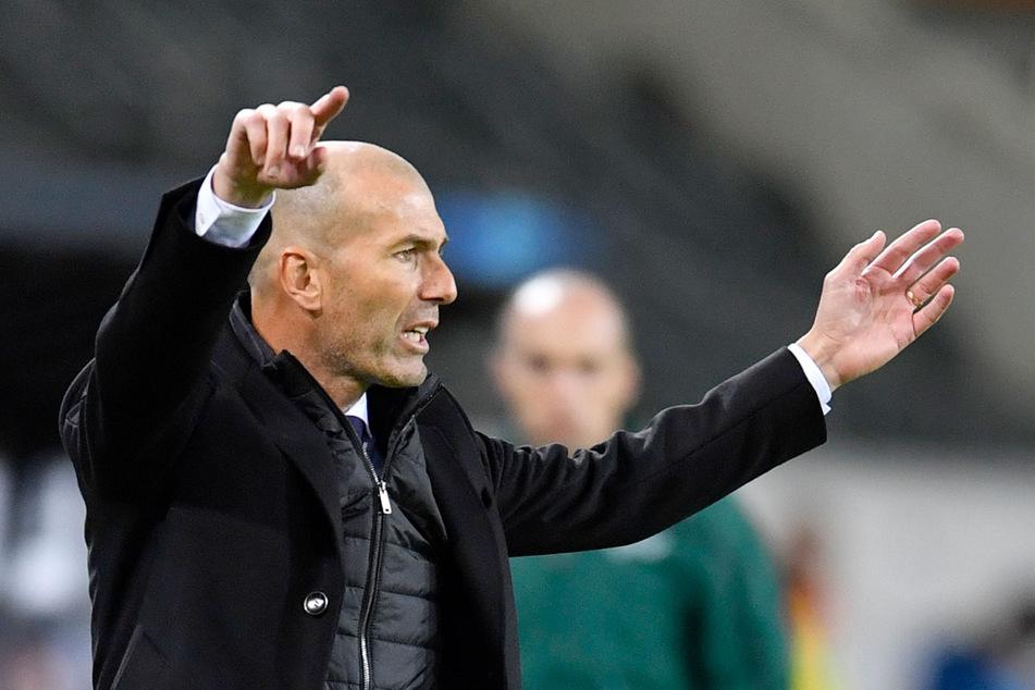 Real-Trainer Zinedine Zidane (48) sucht nach Lösungen.