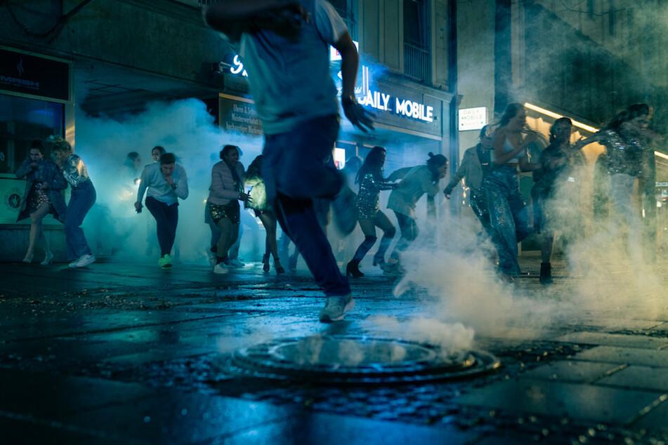 Als ein Feuer ausbricht, gerät der Rave am Münchner Hauptbahnhof außer Kontrolle.