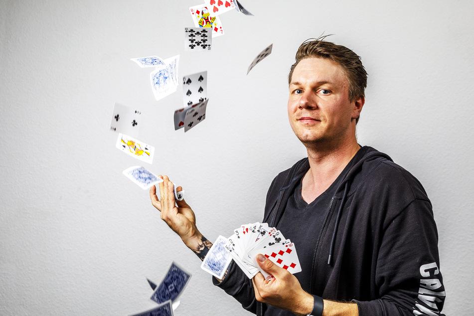 Der Magier zeigt unter anderem solche Karten-Tricks am kommenden Samstag in Pirna.