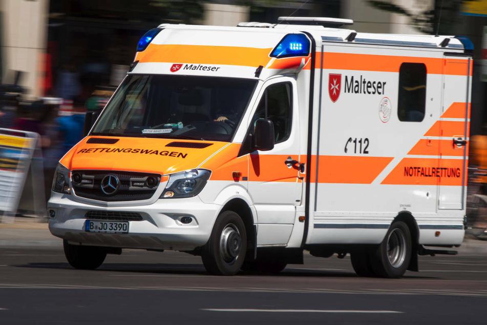 Am Dienstagabend hat eine 73-jährige Fußgängerin sich in Berlin-Kladow bei einem Zusammenstoß mit einem Radfahrer schwere Verletzungen zugezogen. (Symbolfoto)