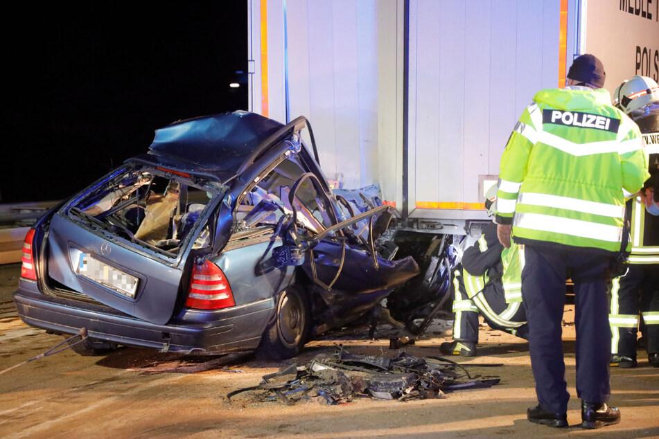 Der Mercedes-Fahrer musste aufwendig aus dem Wrack geborgen werden. Doch er war so schwer verletzt, dass er noch an der Unfallstelle verstarb.