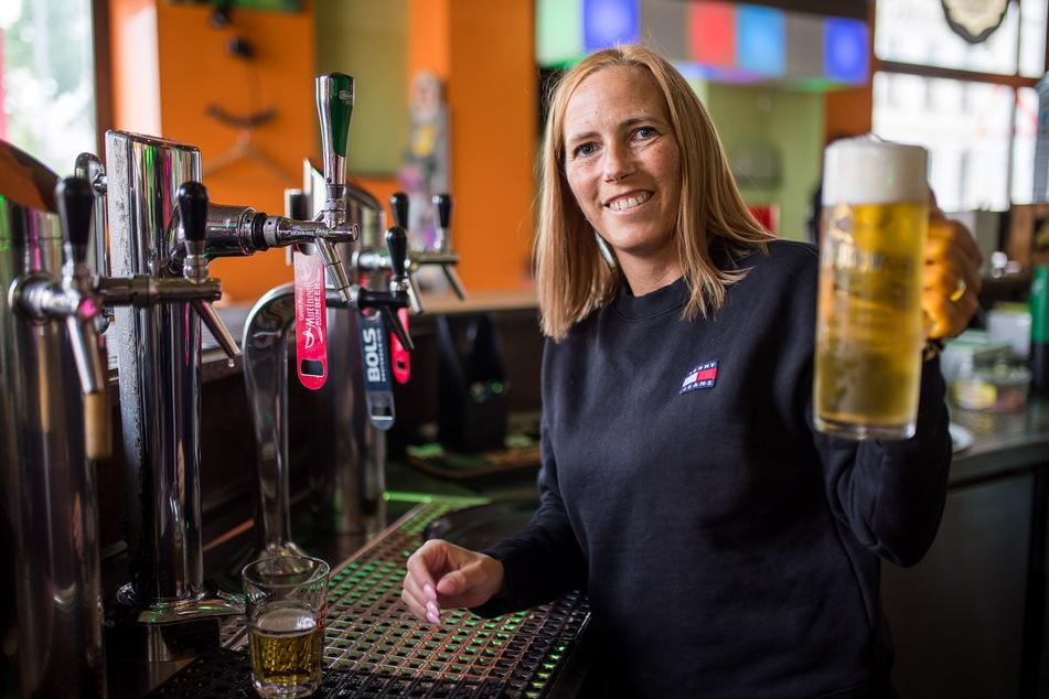 """Francie Fichtler vom """"La Boum"""" mit dem ersten frisch gezapften Freisitz-Bier."""
