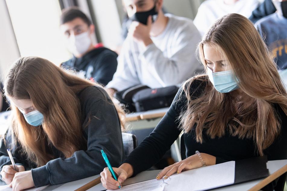 Geimpfte Kinder und Jugendliche müssen nicht mehr zum Corona-Test in der Schule. (Symbolbild)