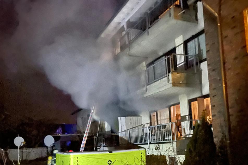 Düren: Feuerwehr rettet Bewohner aus brennendem Haus