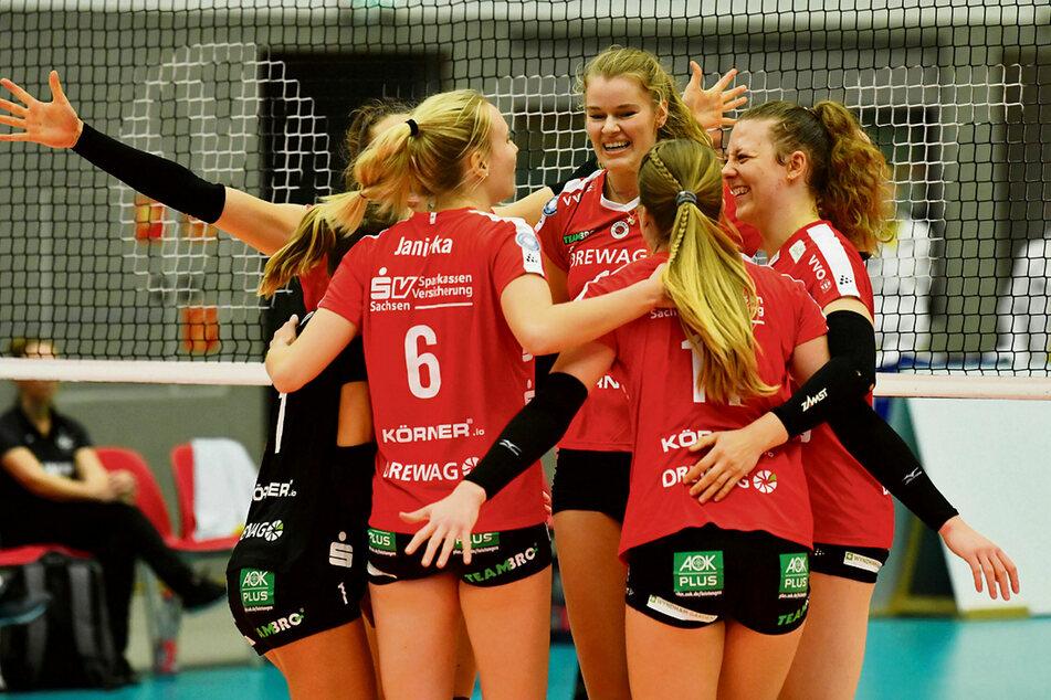 Die DSC-Girls feiern den 3:0-Sieg gegen Münster.
