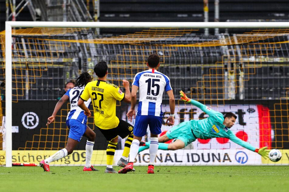BVB-Star Emre Can (2. v. l.) überwindet Hertha-Keeper Rune Jarstein (r.) mit diesem platzierten Schlenzer und trifft zum 1:0 für Dortmund.