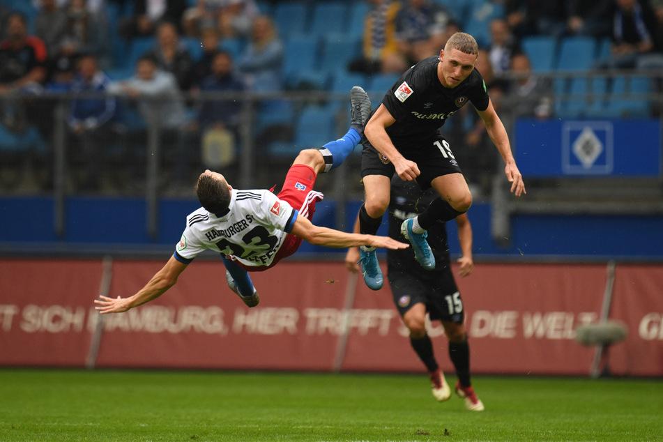 Das sah überhaupt nicht gut aus: HSV-Sechser Jonas Meffert (l.) knallte nach einem Luftzweikampf mit Luca Herrmann mit voller Wucht auf den Rasen und musste verletzungsbedingt ausgewechselt werden.