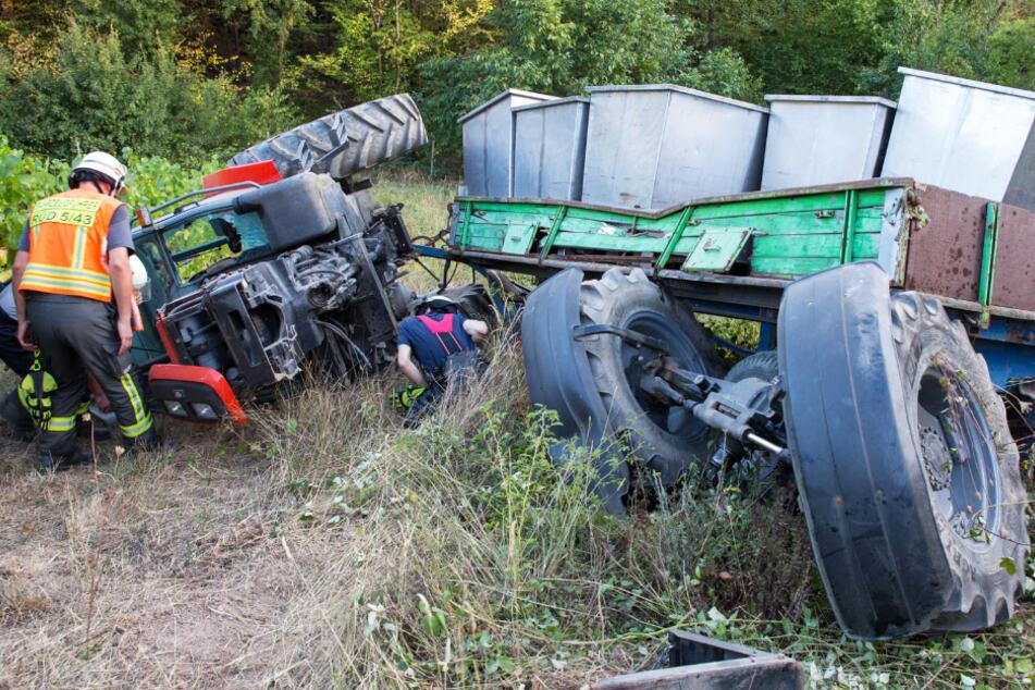 Ein Traktor-Gespann donnerte einen Abhang hinab und überschlug sich dabei.