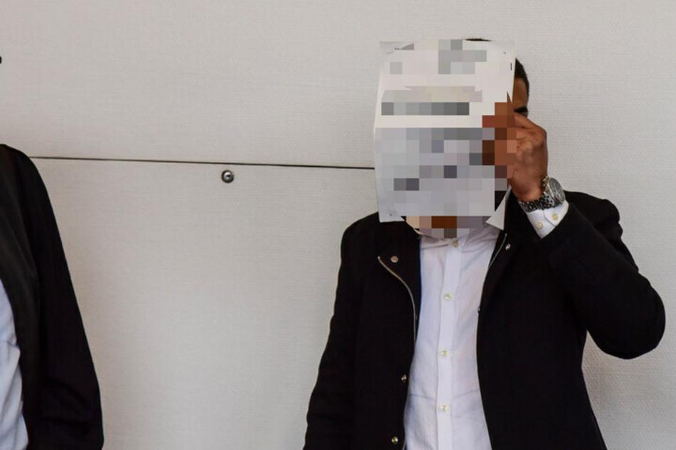 Einer der Angeklagten im Landgericht in Bonn. Er und sein Komplize müssen für den Diebstahl von 800 Obst- und Gemüsekisten je 1500 Euro Geldstrafe zahlen.