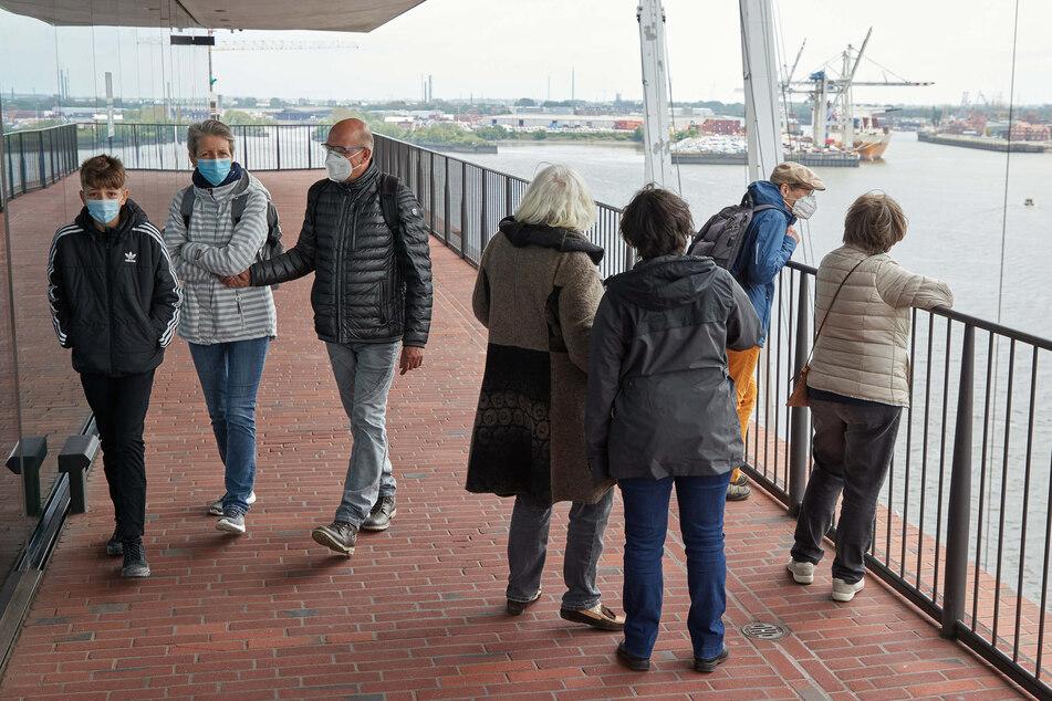 Besucher stehen auf der Plaza der frisch geöffneten Elbphilharmonie.