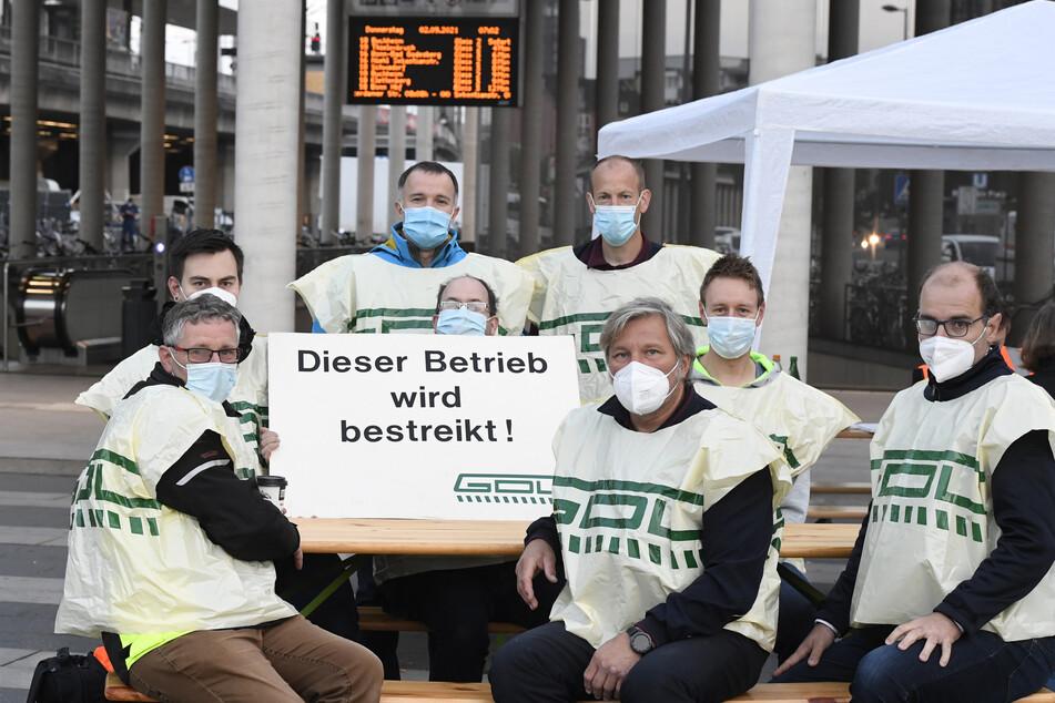 Mitglieder der Gewerkschaft der Lokführer (GdL) streiken vor dem Hauptbahnhof in Köln. Sie verlangen mehr Geld.