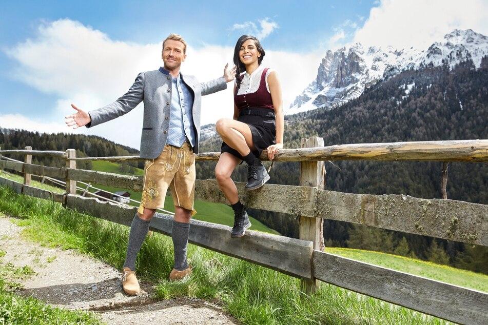 """Collien Ulmen-Fernandes (39) und Christian Düren (30) moderieren die neue Staffel der """"Alm"""" auf ProSieben."""