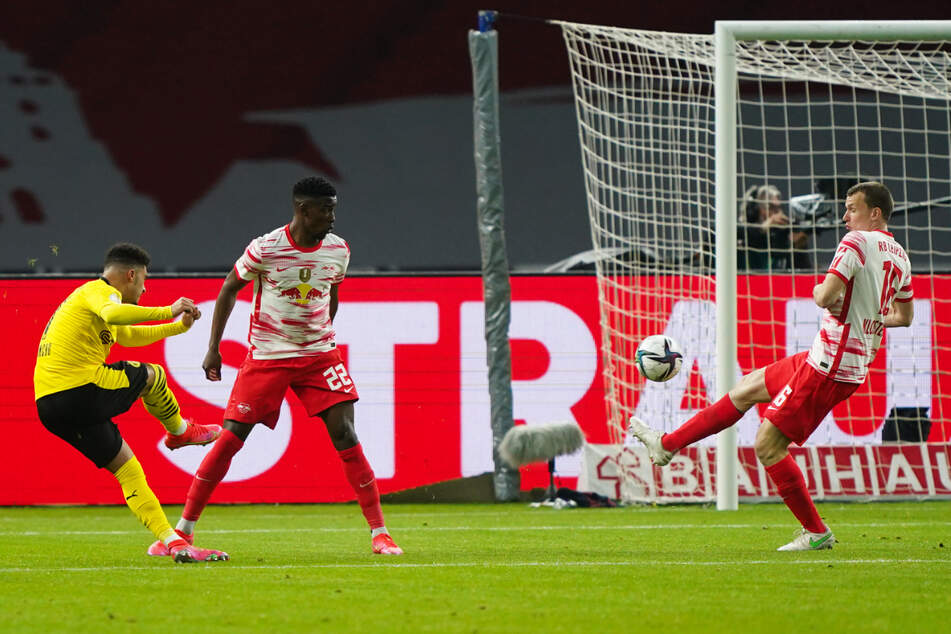 Die frühe Dortmunder Führung: Jadon Sancho (l.) trifft mit seinem traumhaften Schlenzer zum 1:0 für den BVB.