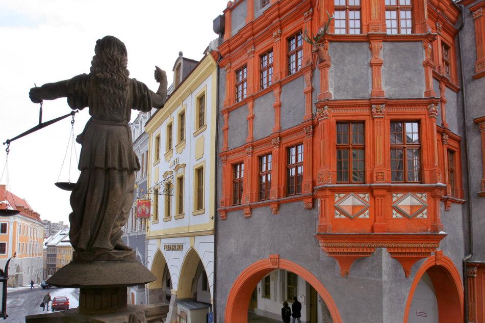 Die Justitia steht in Görlitz vor dem Schlesischen Museum.