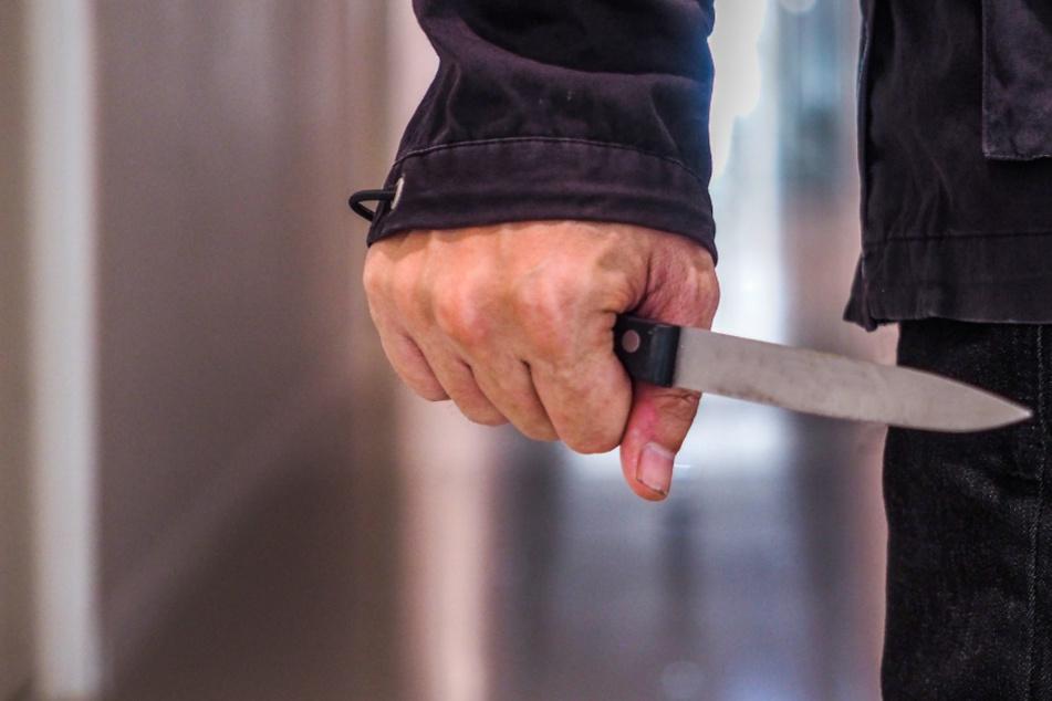 Einer der Täter stach mit einem Messer zu (Symbolfoto).