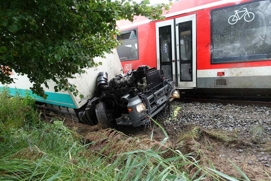 Der Laster wurde durch den Zusammenstoß in drei Teile gerissen.
