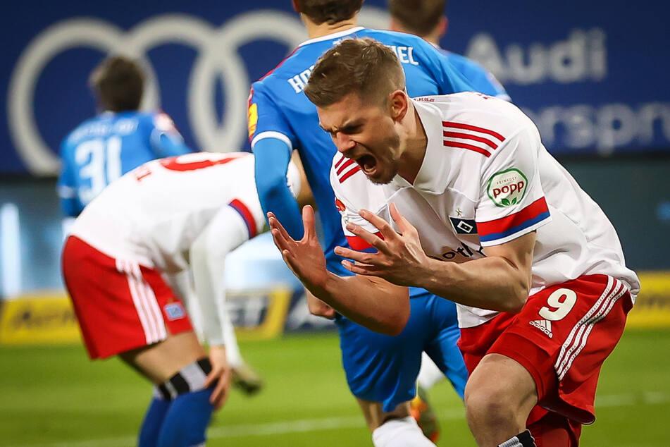 Die HSV-Spieler um Goalgetter Simon Terodde (r.) ließen gegen Holstein Kiel zahlreiche gute Torchancen liegen.
