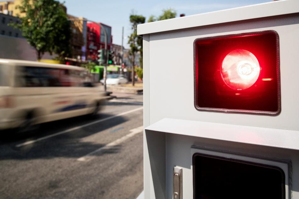 Ein Tempomessgerät in Aktion – besonders häufig waren im vergangenen Jahr Geschwindigkeits-Überschreitungen in Hessen.