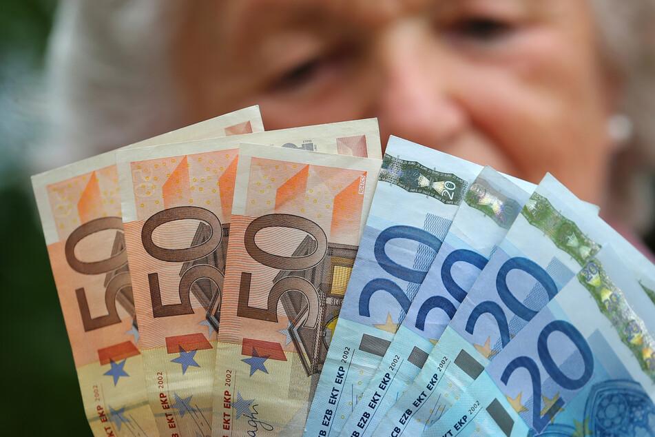 Eine alte Frau zählt ihr Geld - durch die Riester-Rente dürfte in Zukunft noch weniger davon übrig bleiben, kritisieren viele.