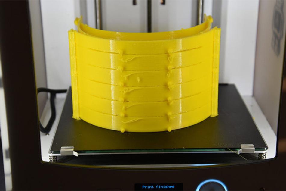 Sechs Visierhalterungen lassen sich in einem Arbeitsgang am 3-D-Drucker herstellen.