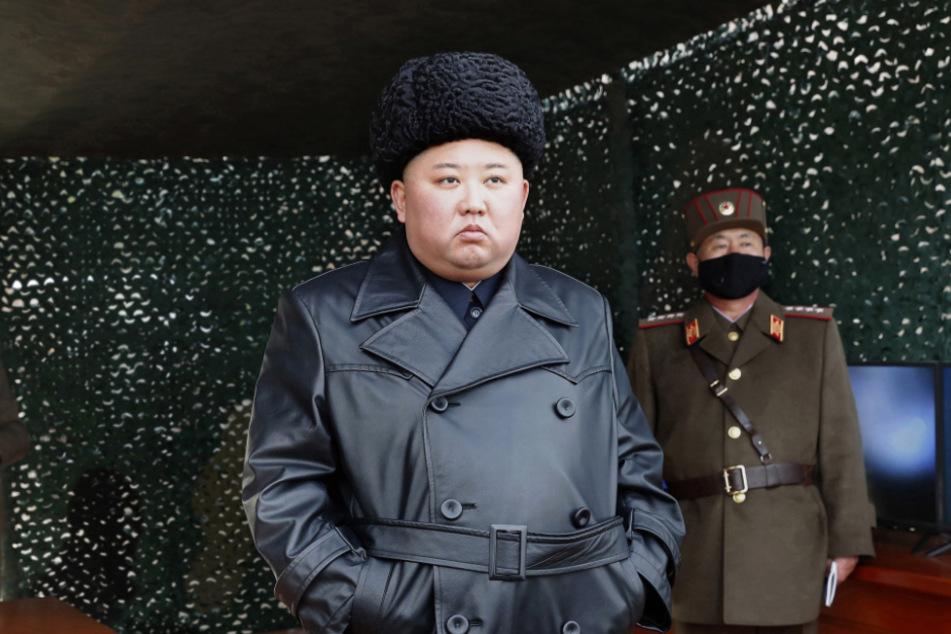 Kim Jong Un, Machthaber von Nordkorea, verfolgt eine Militärübung.