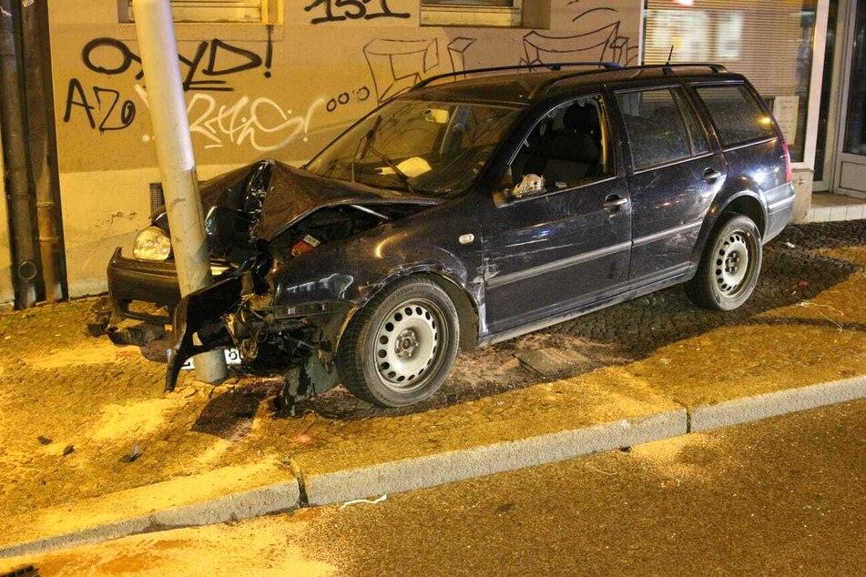 Leipzig: Zwei Verletzte: Auto kracht frontal gegen Ampel