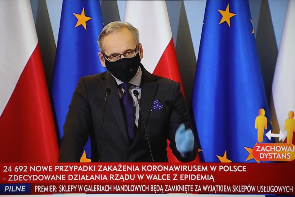 Ein Fernsehbildschirm zeigt Adam Niedzielski, Gesundheitsminister von Polen.