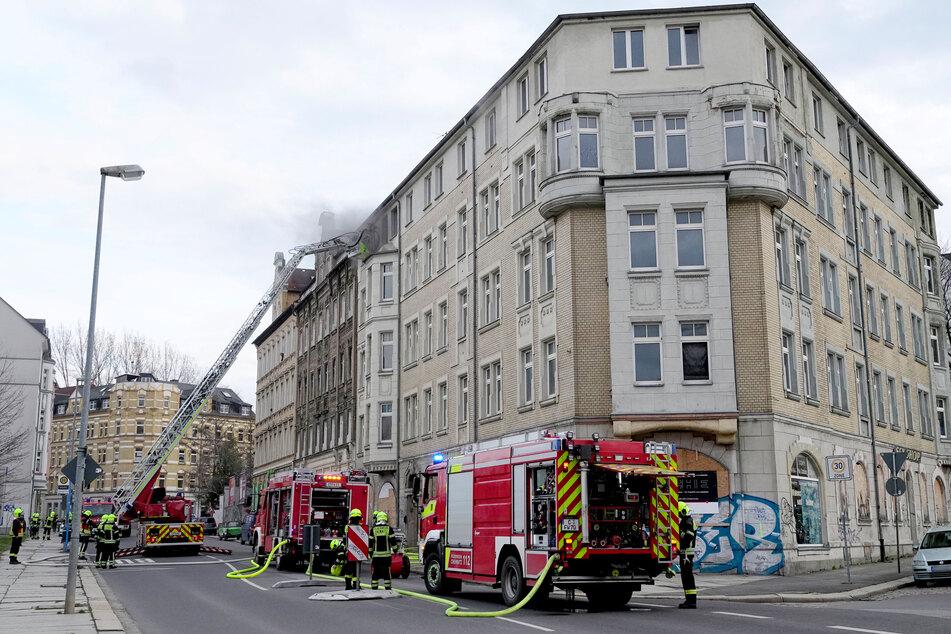 Am Sonntagnachmittag rückte die Feuerwehr in die Palmstraße in Chemnitz aus. Dort brannte ein leerstehender Altbau.