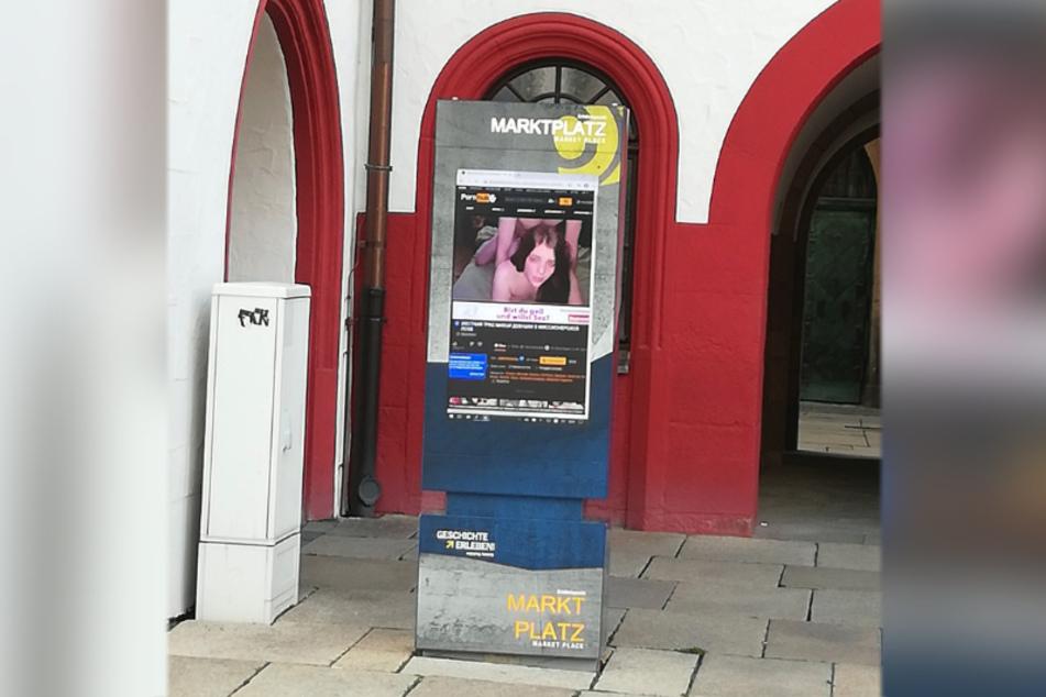 Verstörender Anblick! Auf dem Bildschirm der digitalen Infosäule am Markt lief am Donnerstag ein Porno über die Mattscheibe.