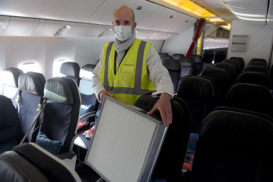 Mundmaske, Abstand zwischen den Sitzen und Luftfilter in Flugzeugen - die EU-Kommission lässt ein Hygiene-Konzept entwickeln, um den Tourismus innerhalb Europas vorsichtig wieder anzukurbeln.