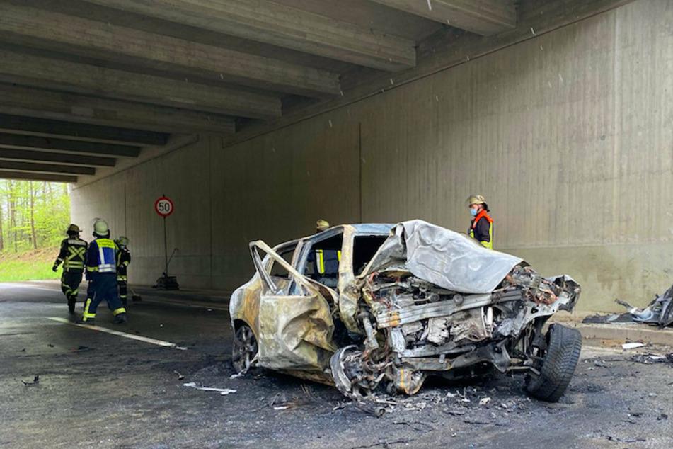 Nissan kracht gegen Brückenpfeiler und geht in Flammen auf: Fahrer stirbt in brennendem Auto