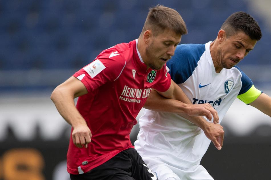 Hannovers Waldemar Anton (l) spielt gegen Bochums Anthony Losilla.